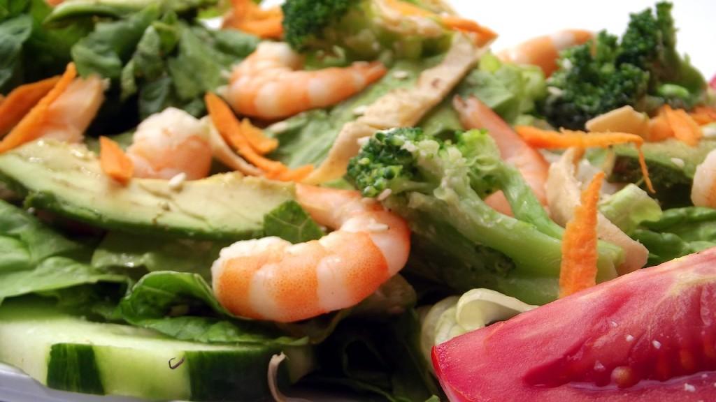 salada camarao abacate e legumes